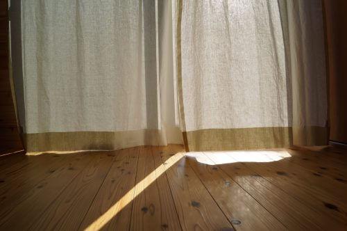 無垢の床材とリネンカーテン