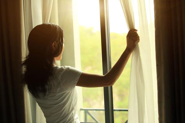 カーテンを開けて朝日を浴びる