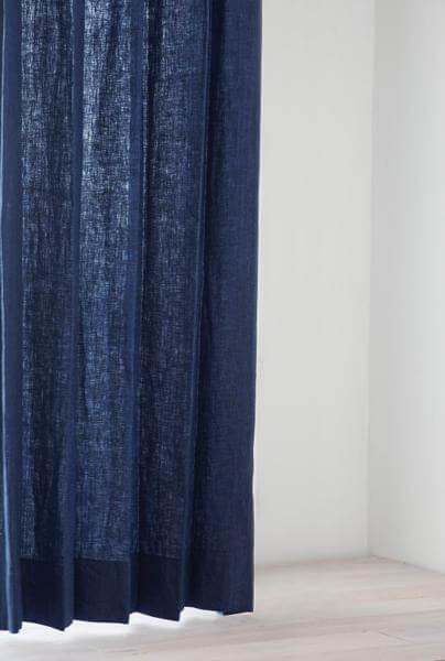 デニム生地のような濃い藍色のリネンカーテン