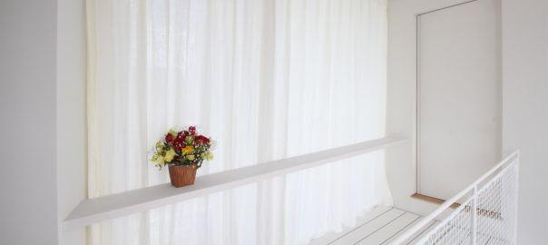 優しい光が差し込む窓辺とリネンカーテン