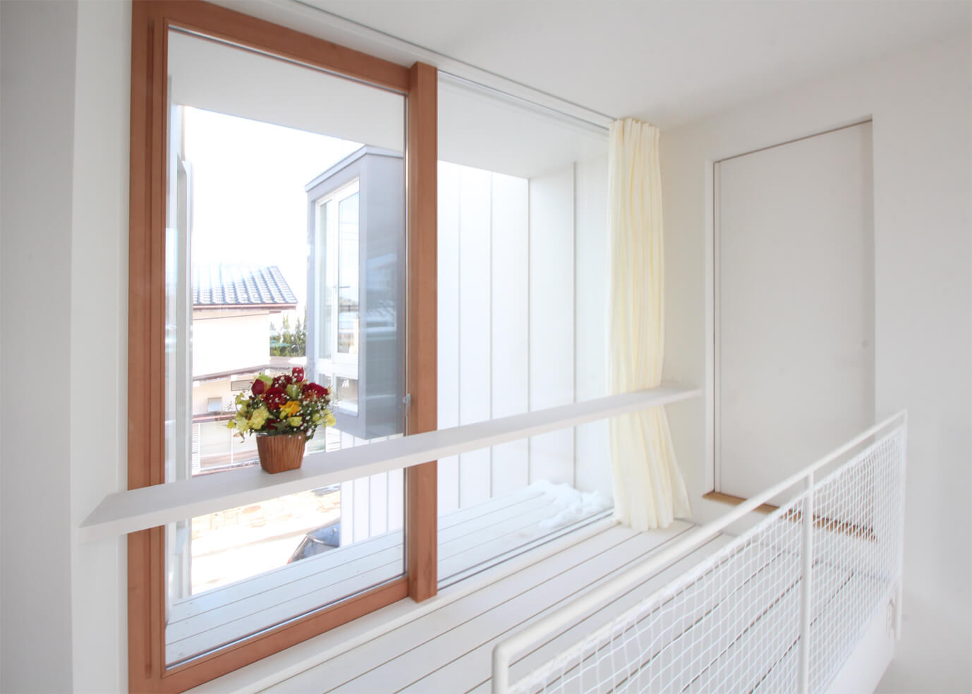 日が差し込む窓とリネンカーテン