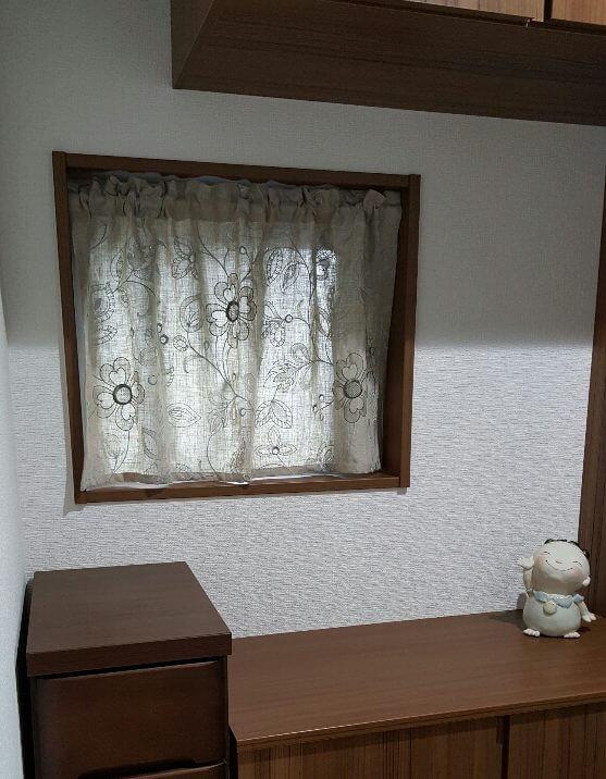玄関の小窓にリネンカーテン